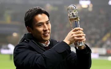 大勢のファンを前で、笑顔でトロフィーを掲げる長谷部 photo/Getty Images