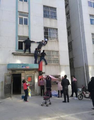 緊迫!鉄格子に首が挟まった幼児、3階部分で宙づりに―中国
