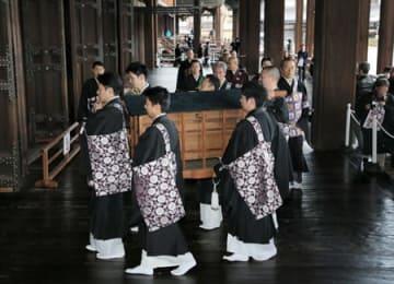 僧侶に担がれて御影堂に入る阿弥陀如来像を納めた唐櫃(17日午後2時38分、京都市下京区・西本願寺)