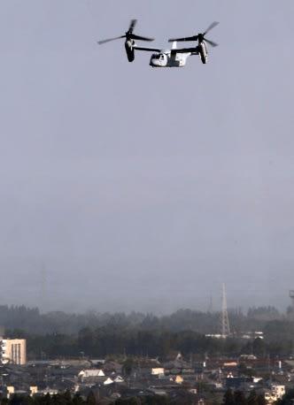 鹿屋市街地上空を飛ぶオスプレイ=同市野里町