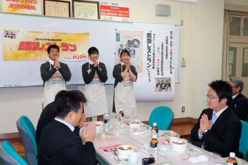 【コンテストに出場した(左から)百中さん、日比さん、川口さん=四日市市河原田町の四日市農芸高校で】