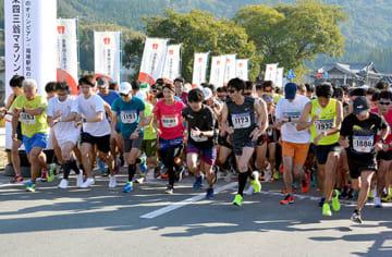 過去最多の約2千人が出場した「第35回金栗四三翁マラソン大会」で一斉にスタートする参加者たち=11月4日、和水町