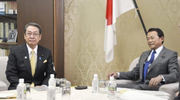 2019年度予算案の閣僚折衝に臨む石田総務相(左)と麻生財務相=18日午前、財務省