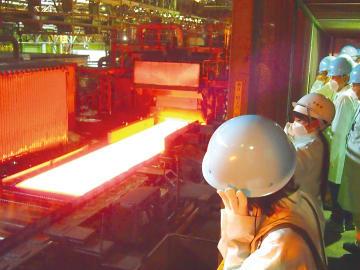 圧延工場などを見学する参加者