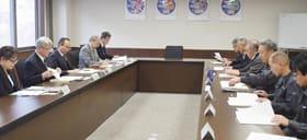 漁港の現状や水産資源について意見を交わす市議会委員会委員と漁協関係者ら