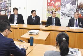 予算編成の説明を受ける小笠原市長(正面左から2人目)
