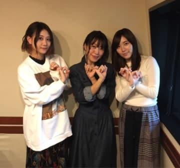SKE48の松井珠理奈さん(右)と、古畑奈和さん(左)。中央は番組パーソナリティの坂本美雨