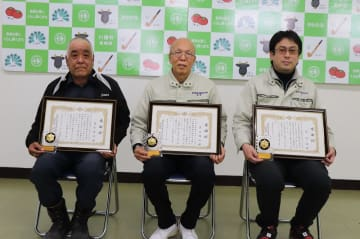 感謝状を受けた(左から)冨永さん、茶谷さん、辻さん=川棚町役場