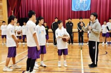 ボンズ選手ら泉中生指導 いわきでバスケ教室