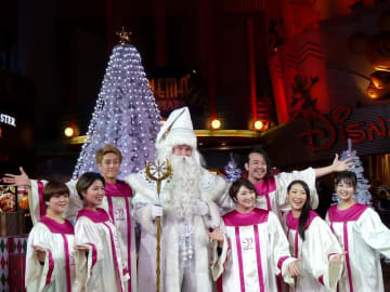 25日までイクスピアリで点灯中の体験型クリスマスツリー。ホワイトサンタ(中央)が登場し、写真撮影などに応じてくれる