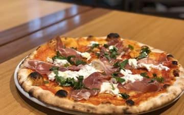 濃厚でクリーミーなチーズと風味豊かなプロシュートの組み合わせ! 丸の内「セラフィーナ」の絶品ピザ