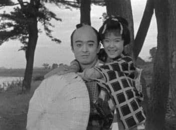 国産初のテレビドラマ「ぽんぽこ物語」の一場面。右は主演の小鳩くるみさん(TBSビジョン提供)