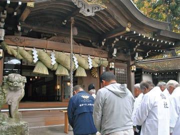 島根県から職人が運び、神職や氏子らと協力して掛け替えた