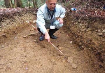 見つかった根石(右手前)=滋賀県長浜市小谷郡上町・小谷城跡清水谷