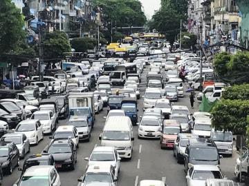 ミャンマー・ヤンゴンの渋滞。日本製の中古車がほとんどだ=6月(共同)