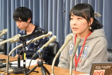 会見する筑波大医学学群6年の山本結さん(右)と前島拓矢さん
