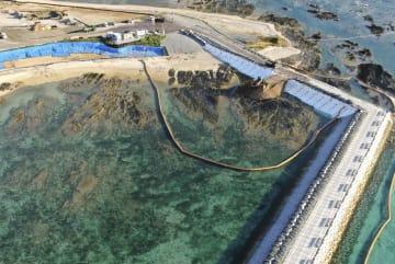 15日、沖縄県名護市辺野古の沿岸部で続行された、埋め立て用土砂の投入作業