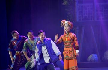 民族歌舞劇「龍船調の故郷」初公演 湖北省恩施