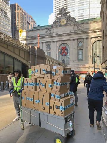 配送される米アマゾン・コムの荷物=10日、ニューヨーク(共同)