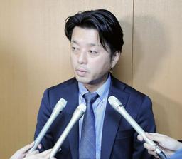取材に応じる樽谷県議=18日午後、兵庫県議会