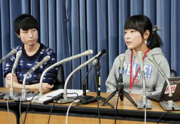 記者会見する山本結さん(右)と前島拓矢さん=18日午後、文科省
