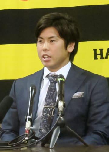 契約更改交渉後、記者会見する阪神の梅野=18日、兵庫県西宮市の球団事務所