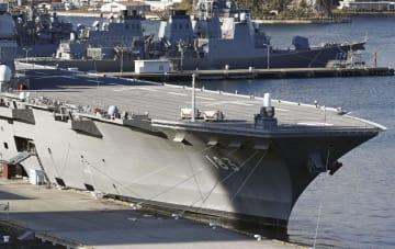 海上自衛隊横須賀基地に停泊する護衛艦「いずも」。今後、戦闘機のジェットエンジンが発する高熱に耐えられるよう甲板を厚くする=18日午後、神奈川県横須賀市