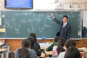5年生児童の前で授業を行った西武・平井克典【写真:岩国誠】