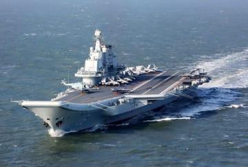 中国の空母「遼寧」(共同)