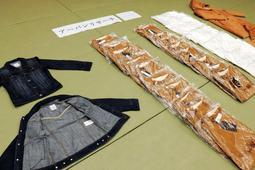 押収されたコートやTシャツなど計37点=神戸市中央区、兵庫県警生田署