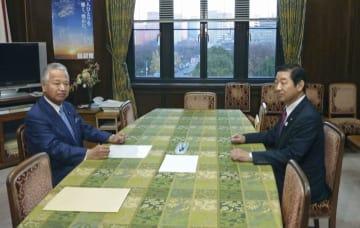 会談に臨む自民党の甘利明(左)、公明党の佐藤茂樹両選対委員長=18日午後、国会