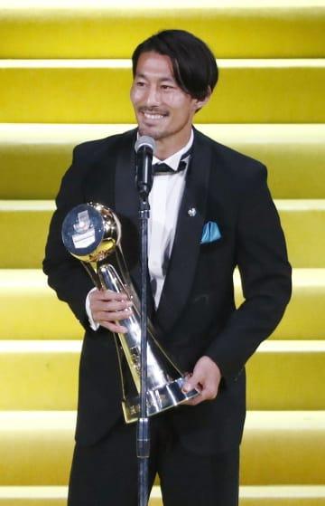 Jリーグの年間表彰式であいさつする、最優秀選手賞を初受賞した川崎・家長昭博=18日、横浜アリーナ