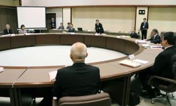 いじめへの対応マニュアルの作成を決めた検討会議の初会合=18日、新潟市中央区
