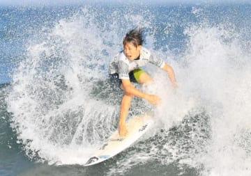 日向市お倉ケ浜であった世界ジュニア選手権で技を披露する伊東李安琉。県勢もサーフィンの「ワールドゲームズ」に出場するチャンスがありそうだ=昨年9月