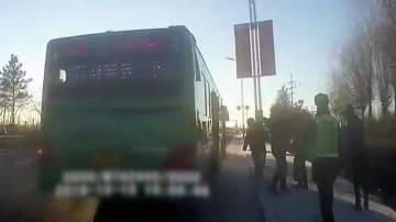 なんと凶暴な中国の男、バス乗客殴り、運転手殴り、警官も殴る