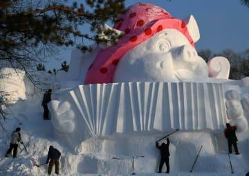 高さ12メートルの「子豚」、雪像芸術博覧会に登場