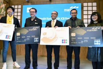 「日本ブランドとして、他社のカードとの差別化を強化していく」と話すJCBインターナショナルの今田社長(左から2人目)=18日、ジャカルタ(NNA撮影)