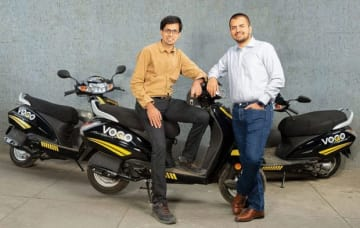 ボゴに出資すると発表したオラのアガルワルCEO(右、同社提供)