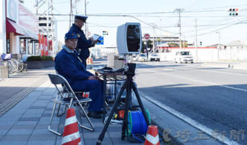 設置されたカメラでナンバーを読み取り、検査する国交省の係員(手前)=18日午後、さいたま市大宮区