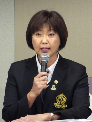 記者会見で放送権について説明するLPGAの小林浩美会長=18日、東京都内のホテル