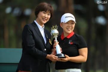 来年は公式戦「ワールドレディスチャンピオンシップ サロンパスカップ」の名称が変更されることが決定(左は小林浩美LPGA会長、右は申ジエ)(撮影:米山聡明)
