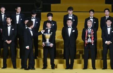 ルヴァンカップ優勝のクラブ紹介でインタビューに答えた梅崎ら湘南イレブン
