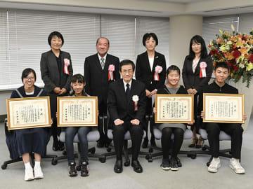 第61回県優秀校の表彰式で賞状を受け取った4校の児童・生徒と校長ら=18日午後3時19分、岐阜新聞本社