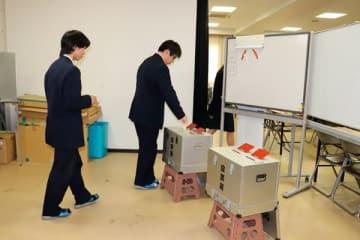【模擬投票を体験する生徒ら=四日市市萱生町の暁中学校・高校で】