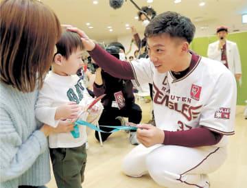 小児病棟を訪問し、子どもたちが作ったプレゼントを受け取る嶋選手