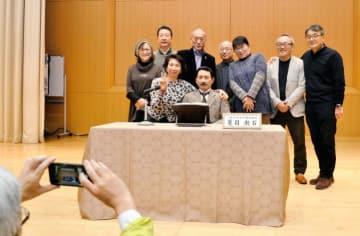 漱石アンドロイドと記念写真を撮る松山東高の卒業生ら