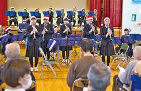 サンタクロースの格好で演奏を披露する大谷室蘭高吹奏楽部の部員たち