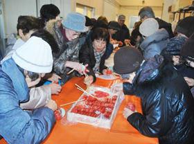 蒲原水産でタラコの詰め放題を体験するツアー参加者