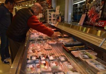 タコの売り場。海外産のマダコは昨年より4割高い値段で販売している=18日午後、宇都宮市宮園町