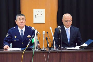 会見する佐々木幸司佐倉署長(左)と徳田文則捜査1課長=18日、佐倉署